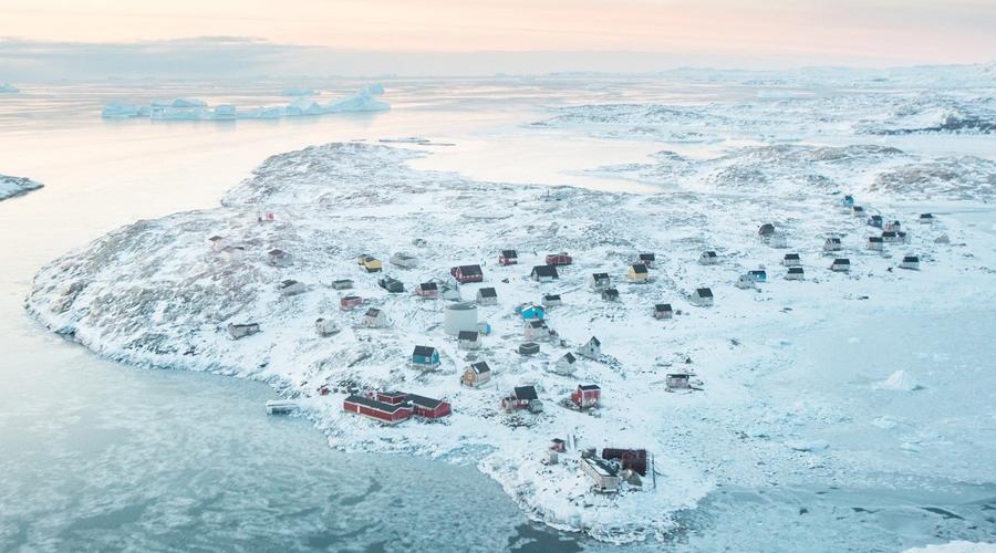 Исорток На востоке Гренландии расположена одна из самых волшебных деревушек мира. Здесь вполне мог бы жить сам Санта-Клаус — местные жители ничуть бы ему не мешали.