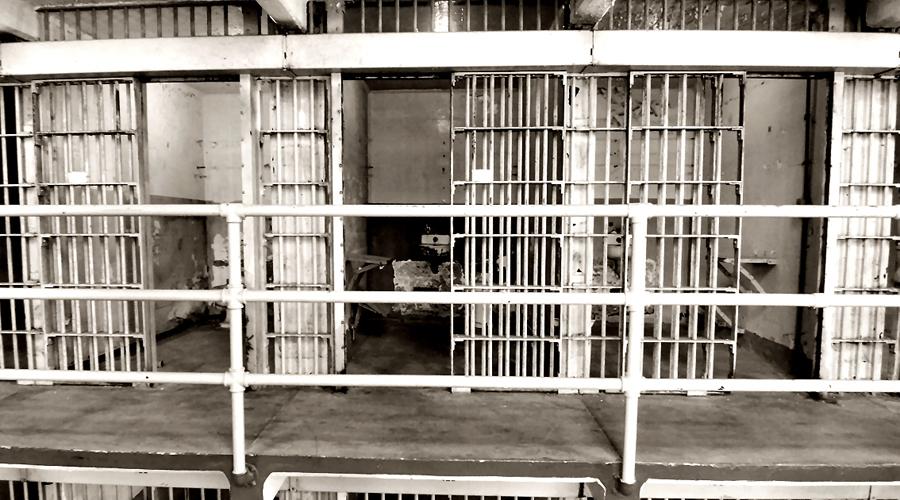 Падение и смерть Федеральный суд сумел упрятать Капоне за решетку только по одному обвинению — неуплата налогов на сумму в 388 тысяч долларов. За это королю мафии впаяли целых 11 лет на острове Алькатрас. Капоне отсидел 7 и вышел на свободу, вот только за это время сифилис бандита перешел в терминальную стадию. 24 января 1947 года великий преступник скончался от банальной остановки сердца.