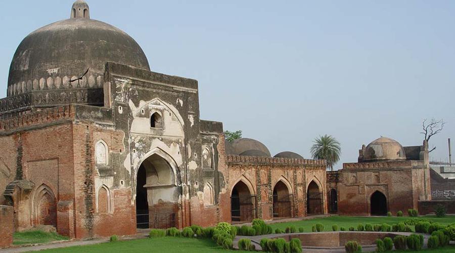 Мечеть Бабри Индусы считают, что на месте древней мечети стояло еще более древнее здание дворца, где родился сам Рама. В 1992 году мирные с виду индусы распалились так, что сравняли мечеть с землей: вспыхнувшие беспорядки стоили жизни двум тысячам мусульман. Даже сейчас мусульмане и индусы никак не могут решить, кто на самом деле вправе владеть священными развалинами.