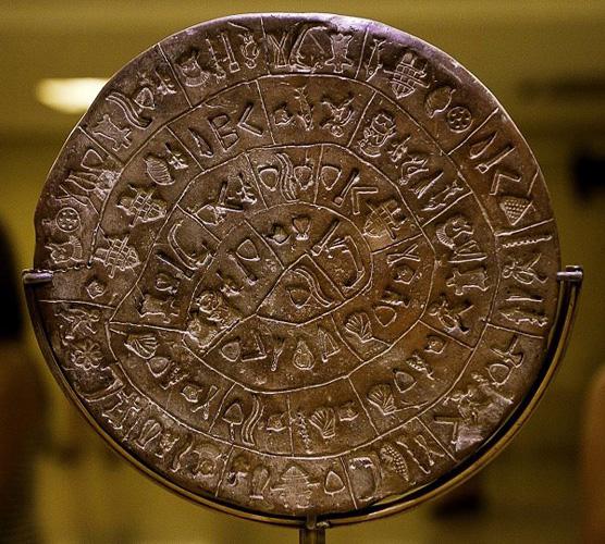 Фестский диск Музей Ираклиона Перед вами самый древний печатный текст в мире. Терракотовый диск украшен странными знаками, выдавленными печатями. Технология выполнения этих штампов остается загадкой.