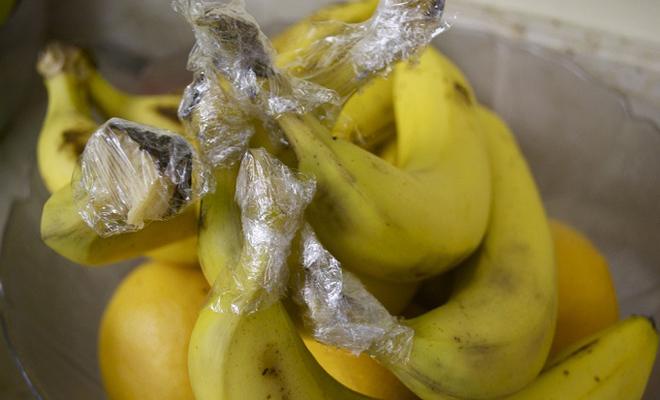 Свежие бананы Бананы пропадают чаще прочих продуктов, поскольку обычно покупают их больше, чем можно съесть. Заверните основание грозди в пищевую пленку и не беспокойтесь о том, что бананы почернеют. Пищевая пленка поможет сохранить им необходимую влагу.