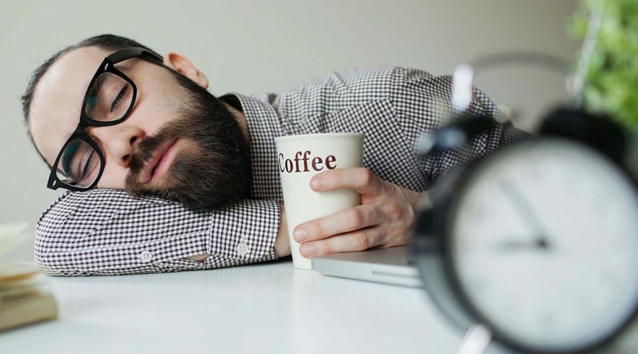 Кофеиновое табу Учитывайте, что кофеин действует на ваш организм целых шесть часов. Шоколад и зеленый чай, не говоря уж о самом кофе, из рациона второй половины дня нужно беспощадно исключать.