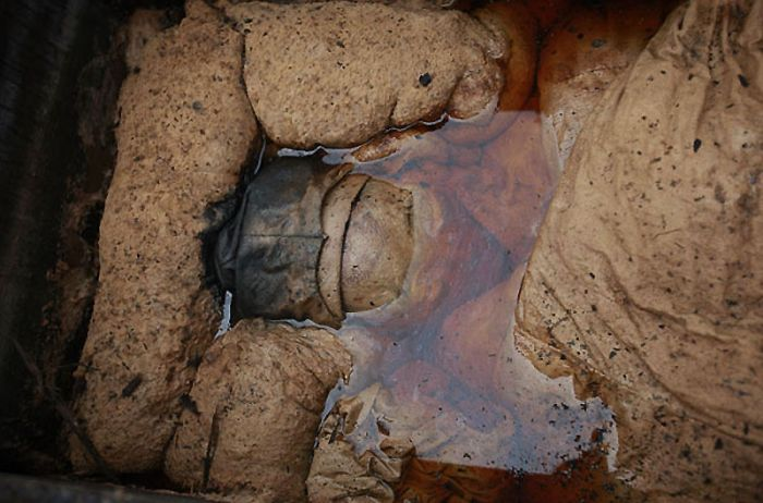 Несколько верхних слоев выглядели как вымоченный в какой-то жидкости шелк. А под ними пряталась древняя китайская мумия — радиоуглеродный анализ показал, что ей уже целых 700 лет.