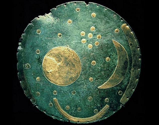 Небесный диск Небры Археологический музей Галле Артефакт датируется XVII веком до нашей эры. Никакого объяснения, откуда у древних людей столь точное понимание структуры вселенной (а на диске изображены не только солнце с луной, но и целых 32 звезды из созвездия Плеяд), у историков нет.