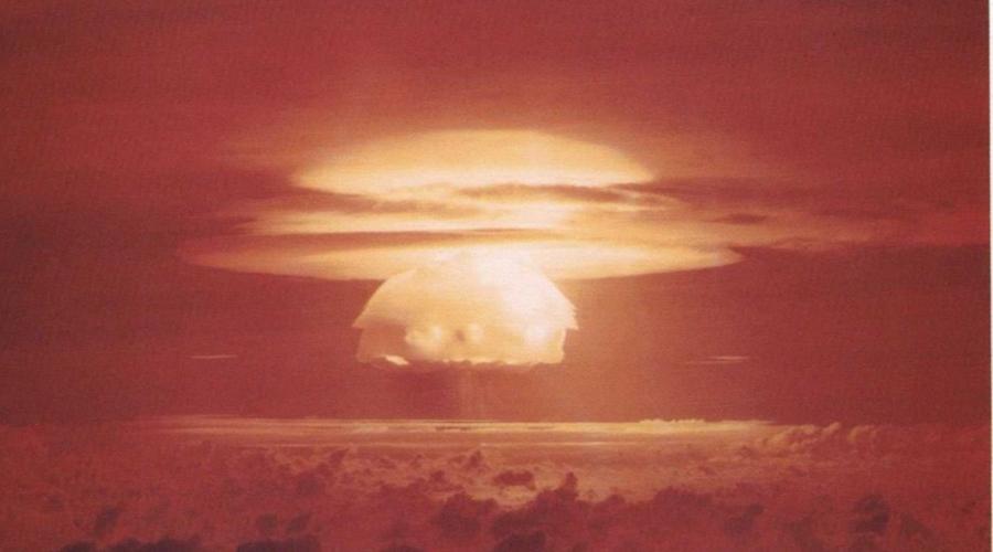 Царь-бомба Инженеры и физики Советского Союза сумели создать самое мощное из когда-либо тестируемых ядерных устройств. Энергия взрыва Царь-бомбы составила 58,6 мегатонн в тротиловом эквиваленте. 30 октября 1961 года ядерный гриб поднялся на высоту в 67 километров, а огненный шар от взрыва достиг радиуса в 4,7 километра.