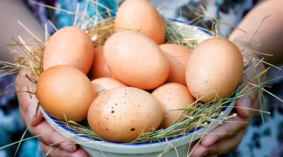 Острое зрение Помимо всего прочего, яичный желток богат лютеином и зеаксантином, которые препятствуют возникновению катаракты. Кроме того, уже упомянутый витамин А жизненно необходим нашим глазам — без него велика вероятность развития куриной слепоты даже в раннем возрасте.