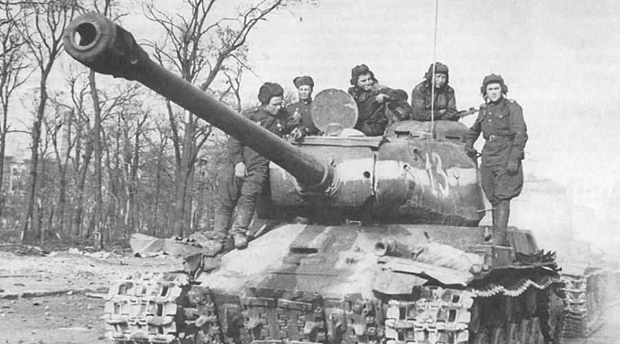 ИС-2 Появление на поле боя тяжелого танка «Иосиф Сталин» стало для немцев настоящим сюрпризом. Артиллерия противника не доставляла ему особых неудобств, а модернизированная лобовая броня выдерживала попадание в упор из противотанковой пушки Pak 43. На вооружении ИС-2 стояла 122-мм пушка, без проблем справлявшаяся с главными немецкими козырями: PzKpfw IV Ausf H, PzKpfw.VI Tiger иPzKpfw V Panther боялись встречи со «Сталиным» как огня.