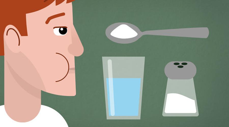 Солевой раствор Проще всего будет приготовить обычный солевой раствор — уж соль есть дома у каждого. Этот минерал эффективно убивает болезнетворные и вирусные микроорганизмы, соотвественно и боль в зубе уходит. Раствор нужно делать на теплой воде, чтобы не травмировать нервы лишний раз.