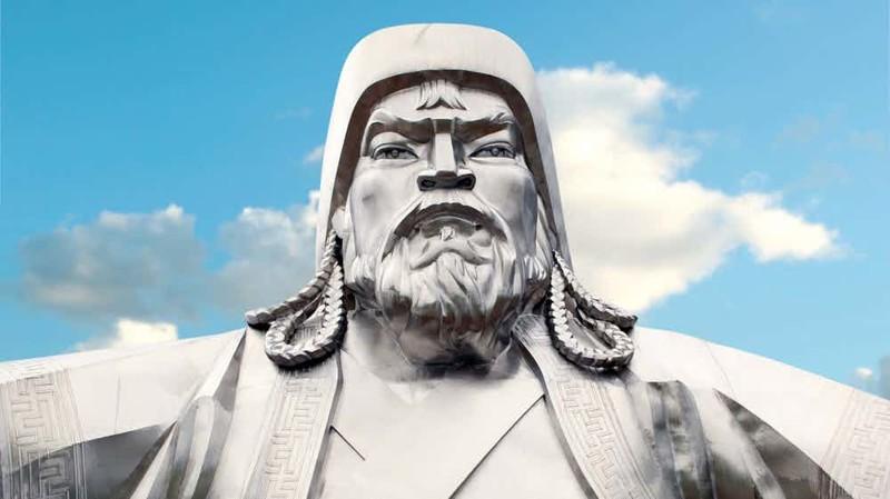 Загадочная смерть До сих пор неизвестно, от чего именно погиб Чингисхан. В свои 65 лет правитель огромной империи оставался сильным и деятельным воином, что практически исключает версию смерти от старости. Некоторые историки полагают, что Чингисхана зарезала юная наложница, захваченная тангутская принцесса.