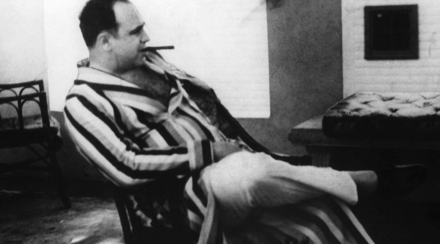 Беспощадный убийца За пять лет с 1924 по 1929 годы организация Капоне полностью уничтожила ирландских королей, О'Бэнона, Доуэрти и Билла Морана. Погибло более двух тысяч мелких преступников: люди Капоне были вооружены в разы лучше своих соперников. Автоматы, пулеметы, ручные гранаты и взрывные устройства под капотом машин — их, кстати, первым придумал использовать тоже Аль.