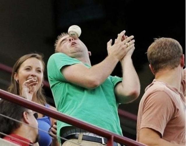 Дайте-ка поближе на мячик посмотреть. О, спасибо!