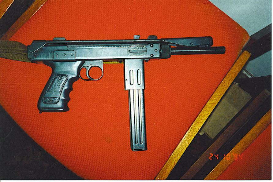 Опытная партия Серийная штамповка «Борза» началась на заводе «Красный молот». Но качественного металла постоянно не хватало, а в 1994 году началась война, поставки прекратились вовсе. Заводских пистолетов-пулеметов этого типа успели выпустить всего несколько сотен, но упавшее было знамя подхватили частные мастера-кустари.