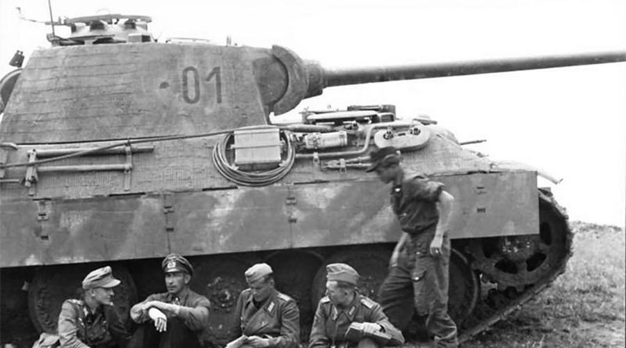 PzKpfw V Знаменитая «Пантера» должна была стать ответом русскому воину Т-34. Вот только довести конструкцию до ума немцы просто не успели: у танка часто слетали гусеницы, а неудачное расположение топливных баков было самым уязвимым его местом. Несмотря на это, в бою PzKpfw V был очень эффективен, и многие эксперты считают именно его лучшим танком Второй мировой войны.