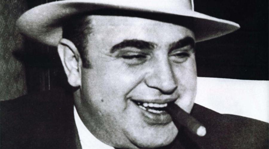 Ранние годы Еще в шестом классе Альфонсо показал, во что ставит всю американскую систему правосудия. Он крепко избил своего учителя, после чего бросил школу ради банды с Джеймс-Стрит, которой в ту пору руководил Джонни Торрио. Здоровенного не по годам Аля устроили вышибалой при бильярдном клубе, где фактически решались основные вопросы всей банды.