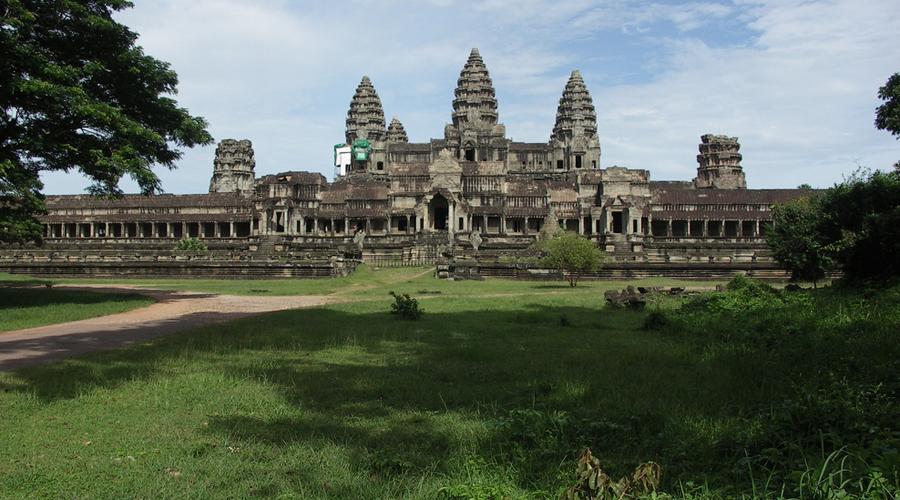 Древний храм Камбоджа и Таиланд ведут самую настоящую мини-войну за право обладания древним храмом Khao Phra Viharn. Притом, Международный суд предоставил Камбодже официальное право управлять землей, на которой стоит храм. В ответ на это Таиланд просто взял и вышел из состава Международного суда. В феврале 2011 года ситуация накалилась до перестрелки: с обоих сторон погибло 18 человек, более 85 000 жителей окрестных деревень было эвакуировано.