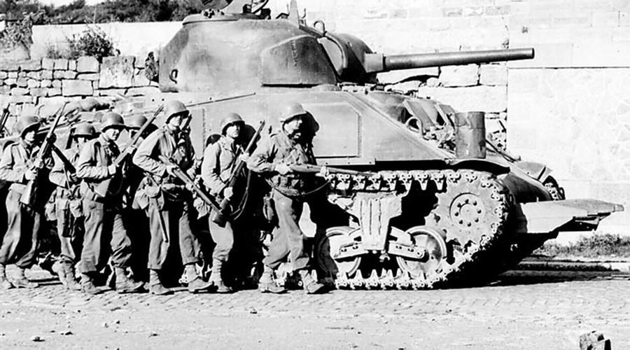 М4 Надежные и простые в эксплуатации «Шерманы» стали самым массовым американским танком того времени. Огромным плюсом М4 был гироскопический стабилизатор «Вестингхауз», позволявший вести точный огонь на ходу. Однако высокий силуэт делал танк уязвимой целью на поле боя. Кроме того, попадание часто вызывало взрыв боезапаса.