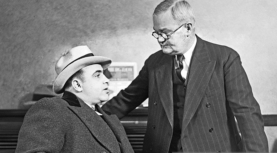Отец рэкета Аль Капоне единолично придумал рэкет — вообще-то, слово происходит от итальянского ricatto, шантаж. Впервые за свою историю мафия взялась за эксплуатацию проституток, прикрывая свои грязные делишки баснословными взятками, брать которые не стеснялись не только полицейские, но и политики.