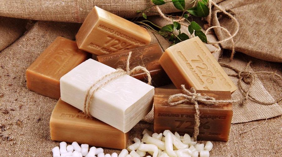 Солнечный ожог Пораженные участки кожи следует натереть хозяйственным мылом и не смывать. Мыльная пленка успокоит и охладит пострадавшие плечи.