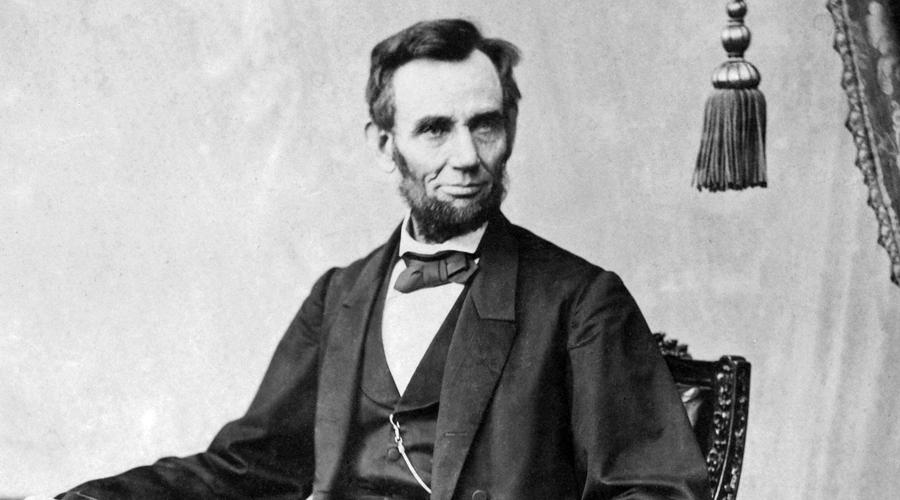 Авраам Линкольн В 1860 году президентский пост достался Аврааму Линкольну. Великий правитель, добившийся отмены рабства, мог бы сделать для страны еще очень многое, но в 1965 году был застрелен в театре Джоном Уилксом Бутом. Как и говорил Текумсе, он не дожил до конца своего первого срока.