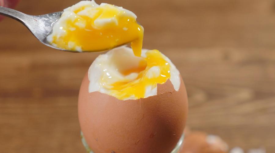Кости и зубы Кальций очень плохо усваивается нашим организмом без витамина D. А яйцо остается одним из немногих продуктов, где этот витамин есть. Хотите пореже ходить к стоматологу? Не исключайте яйца из рациона.