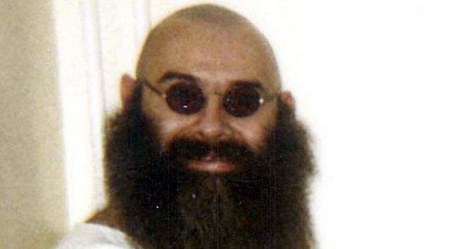 Террористы в ужасе В тюрьме Бронсон вел себя как полностью отрешившийся от реалий жизни человек. Он постоянно брал в заложники кого ни попадя, просто для развлечения. Однажды под руку здоровенному преступнику попала группа иракских террористов — один из них неосмотрительно толкнул Бронсона в душе. 72 часа в плену показались иракцам вечностью: весельчак Чарльз заставлял мыть себе ноги, именовал себя генералом и постоянно избивал их. Когда такое развлечение Бронсону надоело, он просто сдался. Террористы же после плена шли на разговоры с властью гораздо охотнее.