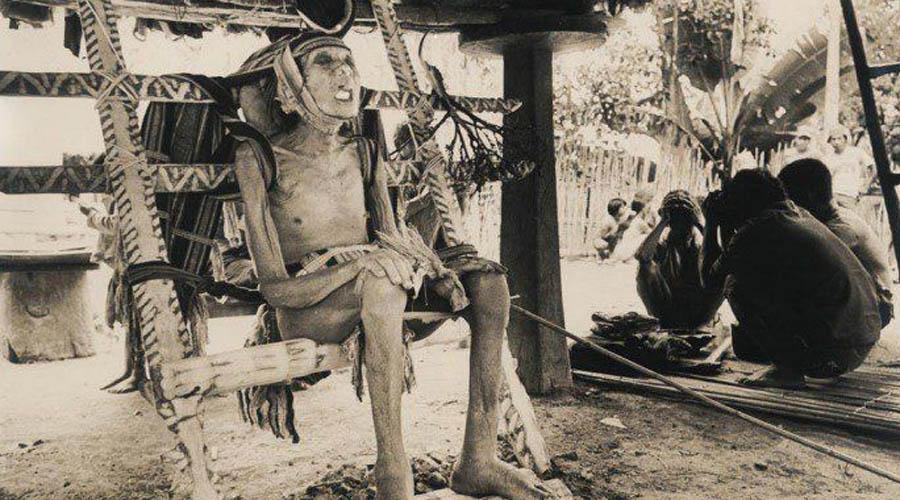 Ритуал ифугао И опять филиппинцы, видимо знающие толк в царстве мертвых. Ритуал ифугао подразумевал разные способы захоронения для разных социальных групп: стоящие (то есть, уже наверное лежащие) высоко в обществе усаживались на специальный стул, который две недели демонстрировался всей деревни. Для низших слоев населения срок был всего 2 дня.