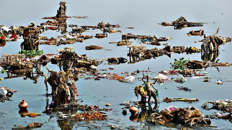 Ямуна Индия Огромный мегаполис Нью-Дели использует реку Ямуна в качестве основного источника питьевой воды. Сюда же ведут трубы городской канализации: судя по всему, индийцы не очень ладят с логикой процессов.