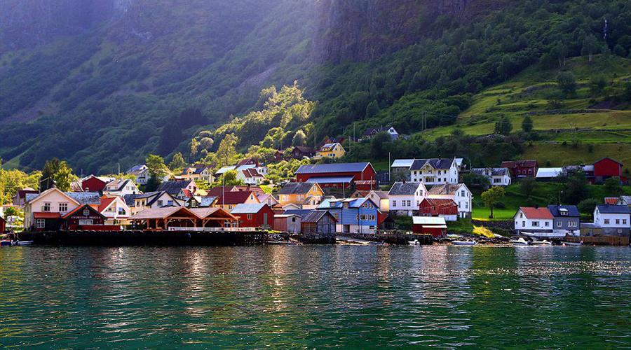 Андредал За узкой долиной фьорда Аурландс ведет свою тихую и размеренную жизнь крохотная деревушка Андредал. Вплоть до 1999 года любой турист должен был добираться сюда только на лодке — в 1999 появилась единственная на всю деревню дорога.