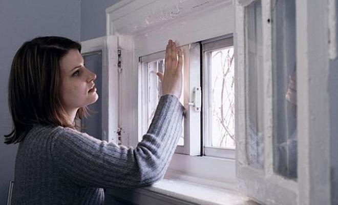 Сквозняки Конечно, современные пластиковые окна пропускают гораздо меньше холодного воздуха, чем старые деревянные. Однако, без дополнительного утепления в доме все еще может быть холодно. Просто пройдите пищевой пленкой по щелям и забудьте о сквозняках раз и навсегда.