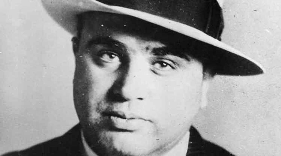 Бизнес в Чикаго К 1917 году полиция Нью-Йорка уже охотилась на Капоне: его обвиняли в четырех преднамеренных убийствах. Вместе с Джонни Торрио Альфонс перебрался в Чикаго, где в кратчайшие сроки возглавил банду. В ту пору организация имела по триста тысяч долларов в неделю и могла выставить на улицы примерно тысячу человек. Капоне было всего 26 лет, и он уже считался одним из самых опасных людей Америки.
