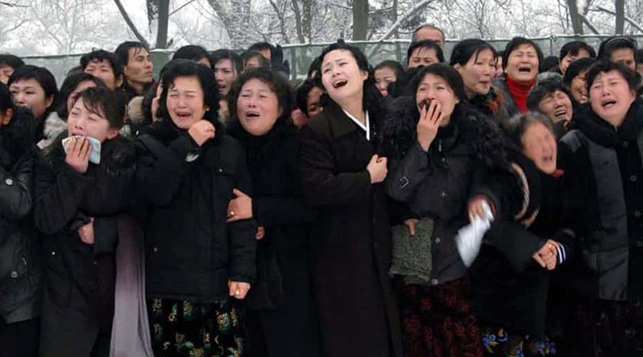 Слезы счастья Ким Чен Ира оплакивали 100 дней. Кто оплакивал? Да вся страна. Треть года граждане Северной Кореи бились в истерике, причем буквально. Неубедительные в своем горе товарищи приглашались объясниться в ближайший полицейский участок, откуда возвращались редко.