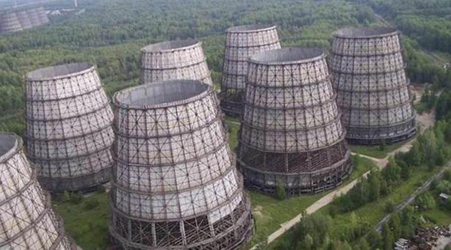 Северск Во время холодной войны американские шпионы смогли обнаружить лишь один город ЗАТО и это был Северск. Правда, американцы считали, что называется он Атомск, уж непонятно почему. Здесь при СССР был построен так называемый Комбинат №816 — градообразующее предприятие по производству высокообогащённого урана-235 и плутония-239.
