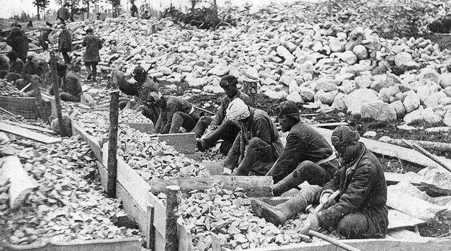 Расстрелы На севере этапы часто прибывали в пустошь. Тут еще не было бараков и на ночь заключенных сгоняли в котлован, а днем заставляли строить себе ИТЛ. Никакого отдыха истощенным людям не полагалось, после строительства их сразу переводили на работы. Во многих лагерях сталинского ГУЛАГа существовало так называемое правило «без последнего»: охрана расстреливала каждого заключенного, который последним становился в строй бригады по команде «На работу становись!».