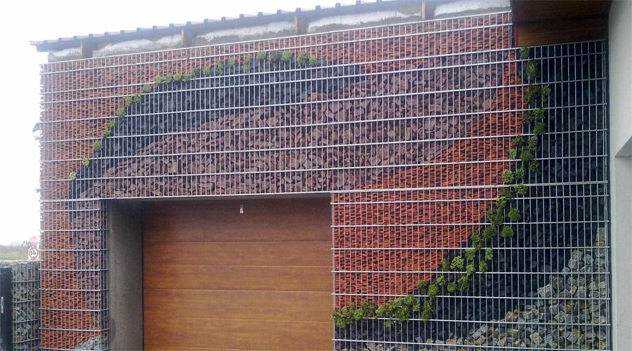 Стена Сделать такую стену своими руками получится не у каждого. Однако, в принципе это вполне реально: главное только запастись терпением и правильно подобрать камни для наполнителя.