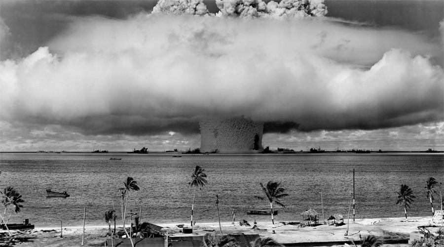 Касл Браво На атолле Бикини 1 марта 1954 года было проведено испытание самого большого ядерного оружия. Взрыв был в три раза сильнее, чем ожидали сами ученые. Облако радиоактивных отходов отнесло в сторону обитаемых атоллов, у населения впоследствии зафиксированы многочисленные случаи лучевой болезни.