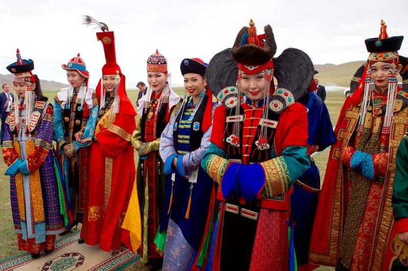 Любвеобильный император В каждом захваченном племени специально для Чингисхана отбирались самые красивые девушки, возраст которых не должен был превышать 15 лет. Гарем монгольского хана состоял из нескольких тысяч женщин и большинство имело от него детей. Представьте, как огромно потомство Чингисхана!