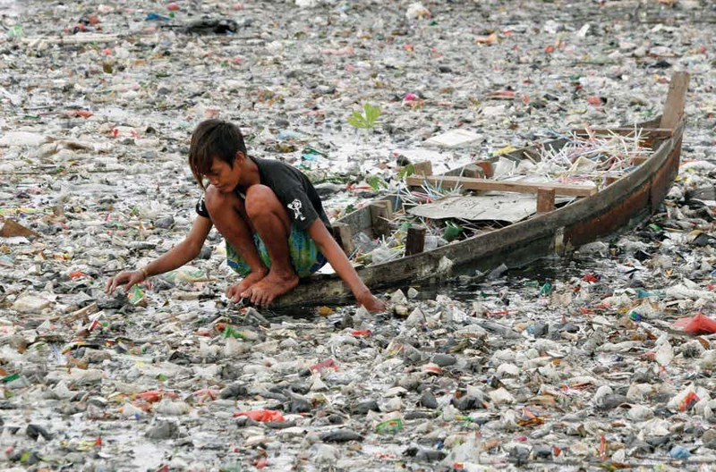 Цинтарум Индонезия Перед вами официально самая грязная река мира. Местные жители (на берегах Цинтарум обитает примерно 5 миллионов человек) сбрасывают все бытовые отходы в воду. Загрязненный водоем уносит 50 тысяч жизней ежегодно, а всего в реке плавает около шести миллионов тонн мусора.
