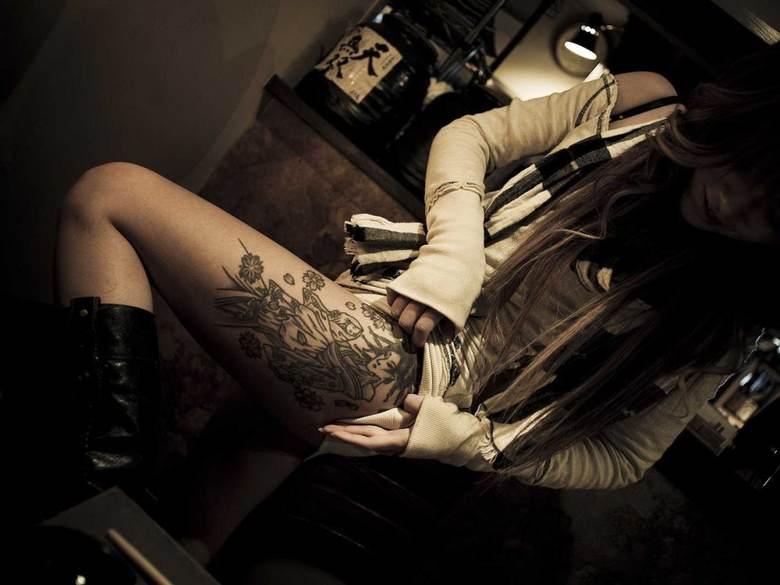 Жены якудза носят татуировки Жены членов организации играют незначительную роль в повседневных делах бизнеса. Однако бывают случаи когда женщины делают еще один шаг на пути преданности делу и покрывают свое тело татуировками. Такие жены участвуют в делах мафии наравне с мужчинами.