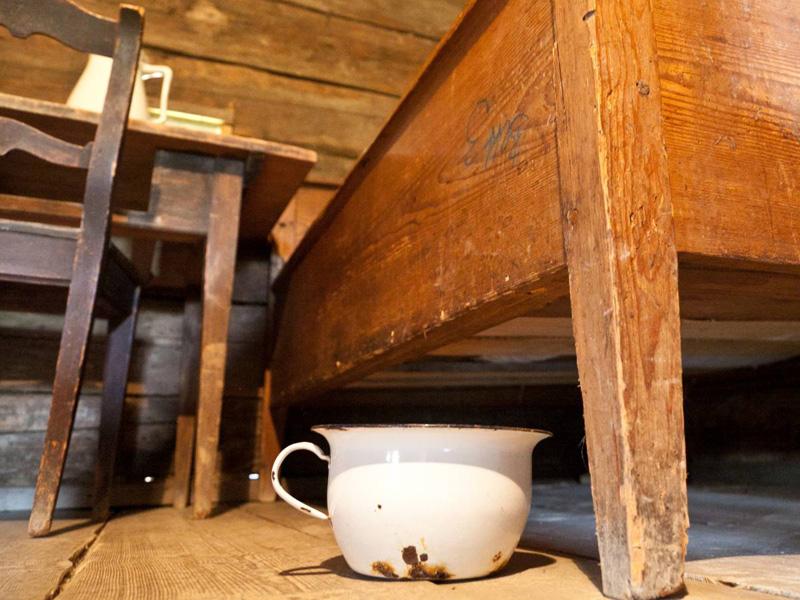 Горшок под кроватью Отдельная комната с унитазом — детище просвещенного века. В средние века горшок под подушкой был большой роскошью. Держали их обычно под кроватью, время от времени выливая содержимое прямо из окна.