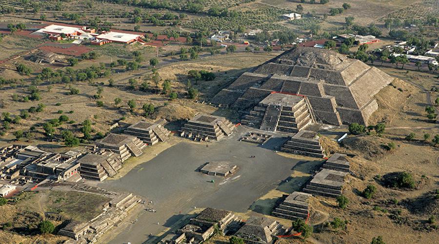 Теотиуакан Мексика Чуть ли не последний заповедный город Мексики буквально утонул в потоке туристов. А в 2004 году знаменитая сеть гипермаркетов Walmart открыла магазин прямо в центре древних руин!