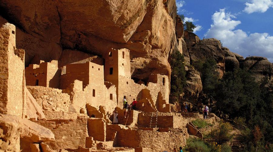 Меса-Верде Колорадо, США Когда-то этот странный город выстроила культура индейцев-анасази, чей след ученые безуспешно пытаются найти в бурных волнах истории. Архитектура анасази очень необычна: к примеру, в одном доме может быть сразу 150 комнат.