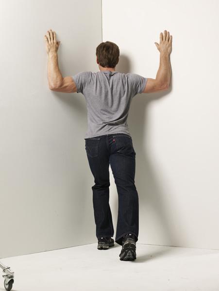 Растяжка в дверном проеме Подойдет и угол на стыке двух стен. Упритесь руками в притолоку (или стену) чуть выше головы. Прогибайтесь вперед так, чтобы ощутить напряжение плечевых мышц. В этом статичном положении нужно продержаться примерно полминуты, затем вернитесь и повторите. Всего сделайте три-четыре подхода по 12-15 повторений.