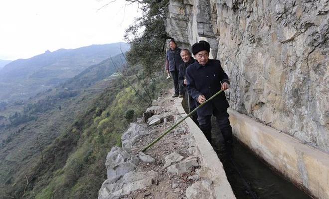 Китаец один прорыл канал на отвесном склоне горы, чтобы обеспечить свою деревню. Вот это — настоящий человек!