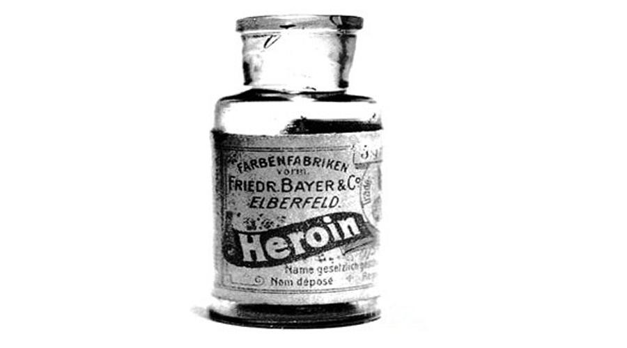 Героин Еще в начале прошлого века героин продавался в американских аптеках в качестве средства от кашля. А еще его давали уж слишком активным детям — говорят, помогало, да как хорошо!