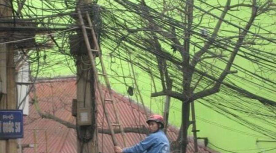 Электрик в Азии Электрики в Азии настоящие экстремалы. Особенно это относится к Таиланду, по большей части деревенской стране. Такие перепутанные клубки кабелей встречаются там на каждом перекрестке.
