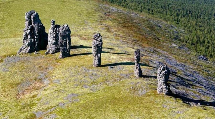 Маньпупунер 7 каменных гигантов украшают обширное плато в Троице-Печорском районе Республики Коми. Это все, что осталось от величественной горы, возвышавшейся здесь почти двести миллионов лет назад. Легенда рассказывает о семерых братьях-гигантах, попавших в ловушку могущественного шамана — и кто знает, может все дело и правда в магии?