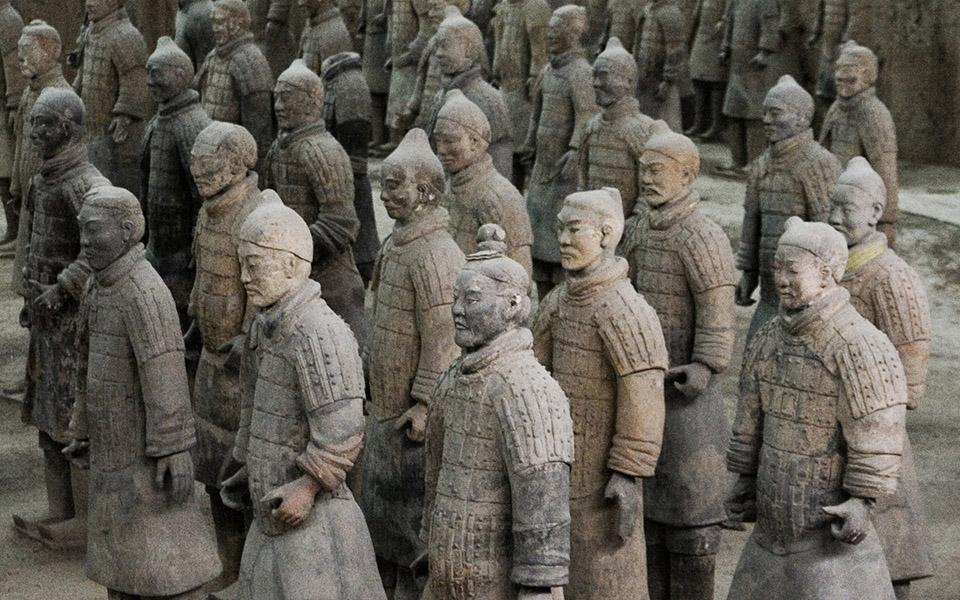 Терракотовая армия В 1974 году группа из семи китайских фермеров обнаружила удивительное археологическое сокровище —армию терракотовых солдат, надежно укрытых под землей. Открытие стало удивительным подарком для всей нации, а вот сами фермеры будто навлекли на себя страшное проклятие. Трое из них вскоре погибли насильственной смертью, шестеро оставшихся скончались в ближайшее десятилетие от болезней.