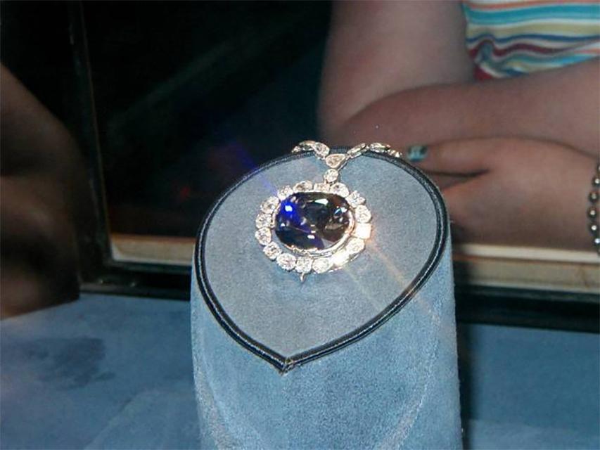 Фиолетовый сапфир Дели Проклятие Делийского фиолетового сапфира было раскрыто куратором лондонского музея, случайно обнаружившим древнюю записку. Драгоценный камень украли из индийского храма еще в середине 1800-х годов. Сапфир сменил два десятка владельцев – последний, сэр Эдвард Херон-Аллен, отправил проклятый камень в музей с условием, что больше к нему не прикоснется ни одна живая душа.