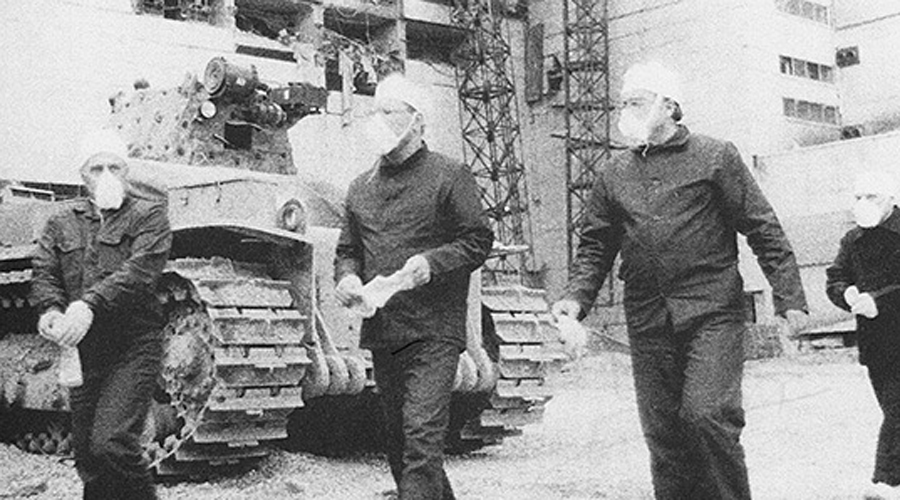 Три мушкетера Инженер завода Валерий Безпалов, Алексей Ананенко, точно знавший расположение клапанов, и Борис Баранов, решившийся обеспечивать освещение на время погружения — вот тройка бесстрашных людей, которые буквально спасли и Европу и половину России от страшной участи. Они прекрасно знали, что идут на смерть, но просили только позаботиться о своих семьях.