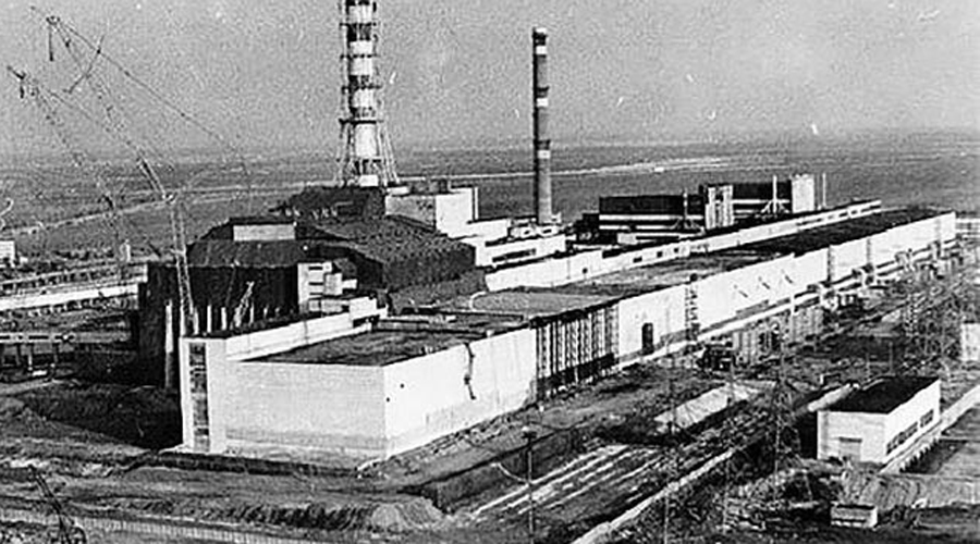 Осознание риска Только через пять дней после самого взрыва на Чернобыльской АЭС ученые осознали всю опасность происходящего. Соприкосновение плавящегося ядра реактора и воды спровоцировало бы паровой взрыв невероятной силы. Большая часть Европы после такого превратилась бы в зараженную радиацией пустыню.